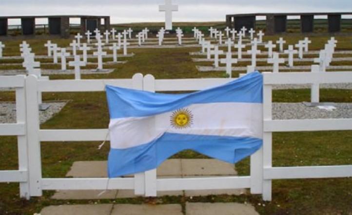 Acuerdo histórico: van a identificar a los soldados argentinos en las Islas Malvinas