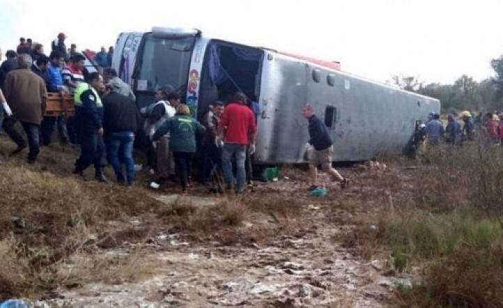 Volcó un micro que trasladaba a jubilados en Tucumán: hay 15  muertos y 45 heridos